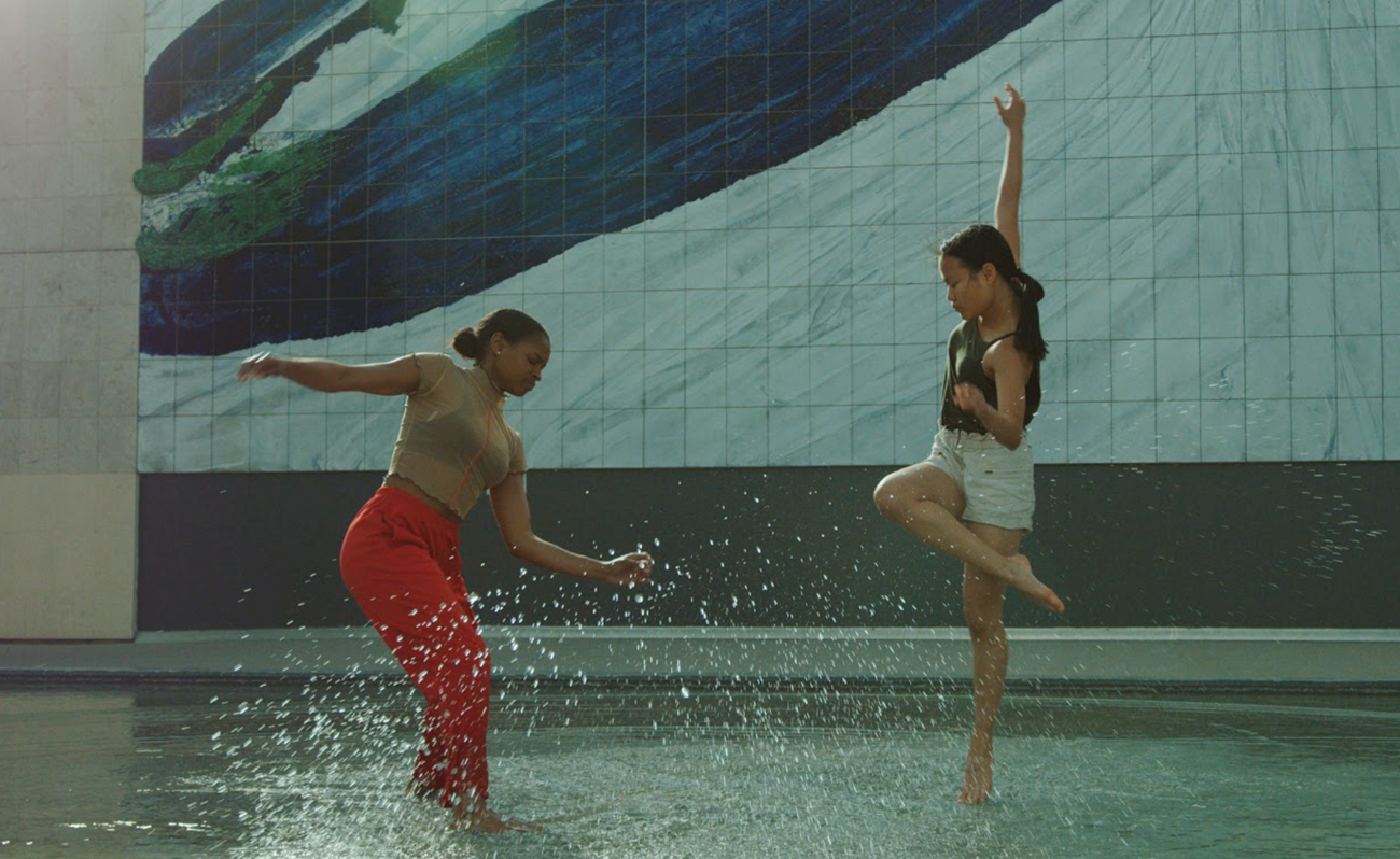 Two dancers in water in paris